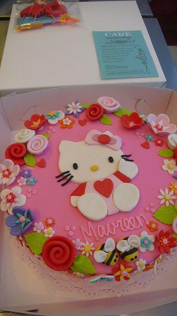 Hello kitty taart met mooie bloemenrand