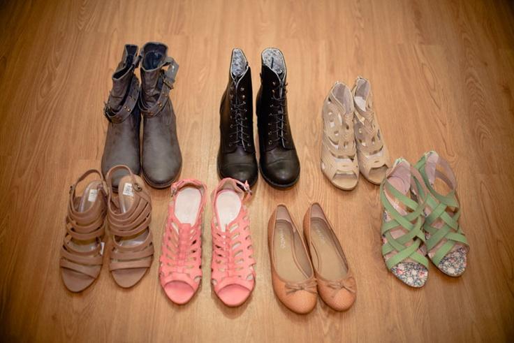 VANGUARD reporta buen gusto con Éxito _ Constelación de zapatos chic. Los más caros están en 80.000 pesos.Sandalias rosadas: 59.900; Sandalias verde menta; 59.900; Sandalias nude oscuras de tiras: 59.900; Sandalias nude tejidas: 59.900; Bailarinas camel: 29.900; Botas negras utilitarias: 69.900; Botas grises de taches: 79.900