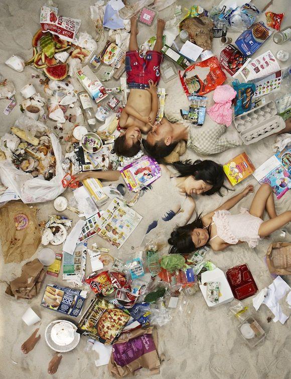 Gregg Segal photographie ses voisins et amis avec leurs poubelles à la fin de la semaine. Une série de photos qui choque et qui trouble. Il souhaite faire réagir les américains sur leur façon de consommer.