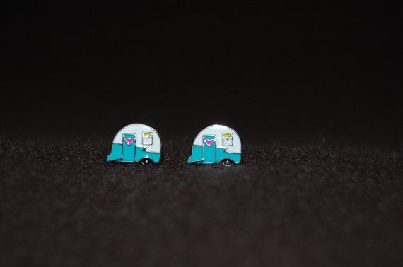 Recuerdos de campamento en su caravana vintage pueden durar toda la vida. Hacen aún más memorable por usar estos pequeños pendientes y mostrando a sus amigos de glamping. Estos lindos pendientes son perfectos para tu estilo de vida glamper. Muestre su amor de vintage y la libertad que viene junto con el ser dueño de uno. Estos pendientes de camper son de esmalte, similar pero no los encantos de camper buho de Origami, así que si usted tiene el encanto de buho de Origami, estas pendiente…