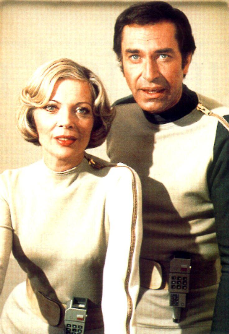 COSMOS 1999 (Space: 1999)  Série télévisée de science-fiction italo-britannique (de 1975 à 1978) - Acteurs : Martin Landau  (Commandant John Koenig) Barbara Bain (Docteur Helena Russell)
