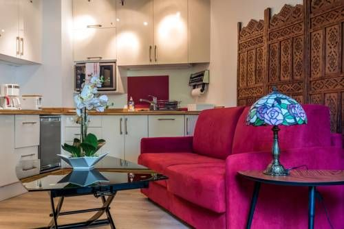Topaze Apartment Paris Set 1.2 km from Eiffel Tower in Paris, this apartment features a terrace with garden views. The unit is 1.9 km from Paris Expo - Porte de Versailles. Free WiFi is offered throughout the property.