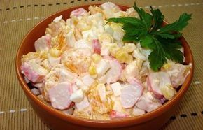 Салат по-королевски: краб.палочки, апельсин, яйца, кукуруза, майонез