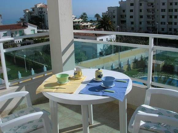 ALICANTE, DENIA. Ref:8945 Alquiler de ático dúplex que dispone de dos dormitorios, dos baños, salón, cocina y tres terrazas. Situado en una urbanización con piscinas (adultos y niños), jacuzzi, jardín, pista de pádel y juegos para niños. A 20 m. de todos los servicios y a 70 m. de la playa.     #IntercambioApartamentoVacaciones #DeniaIntercambioApartamento #AticoIntercambioDenia #PrimeraLineaDenia