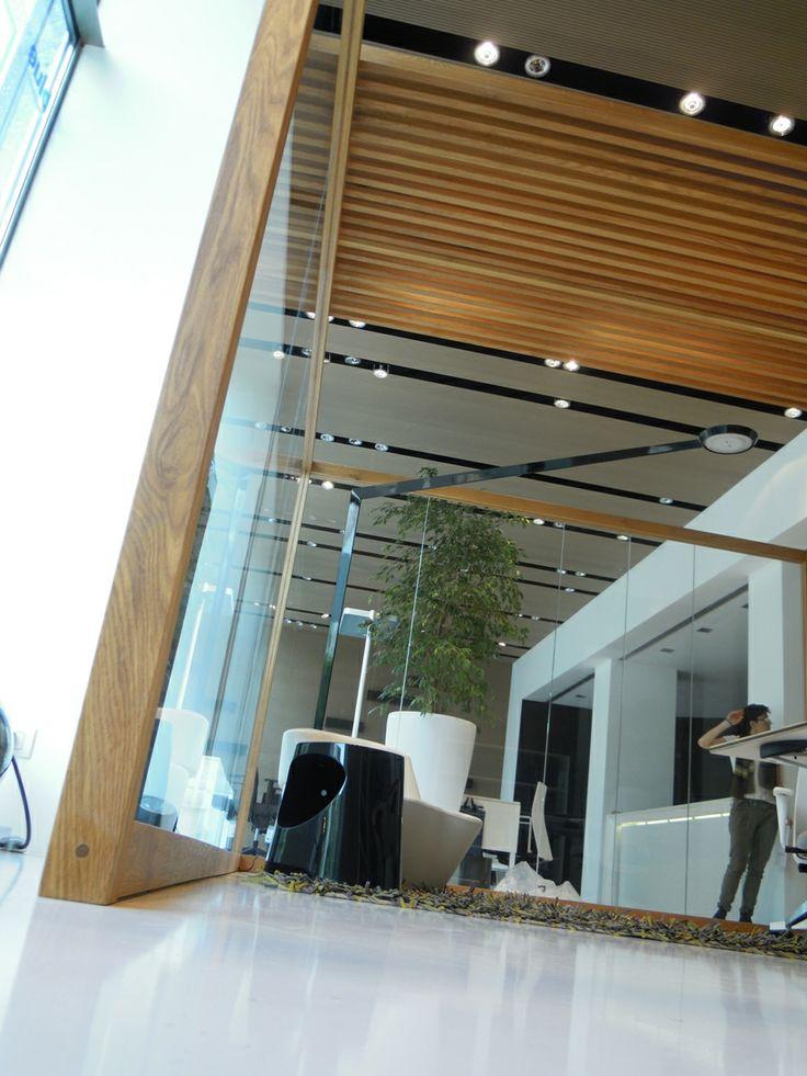 NODOO sistema parete divisoria in rovere e cristallo in versione autoportante senza contrasto a soffitto. NODOO system partition in oak and glass in freestanding version without contrast ceiling.