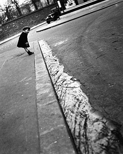 mimbeau: Gutter in flood Paris 1934 Robert Doisneau