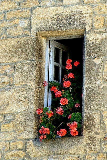 Ventana en la ciudad medieval de Sarlat en la región de Dordoña de Francia