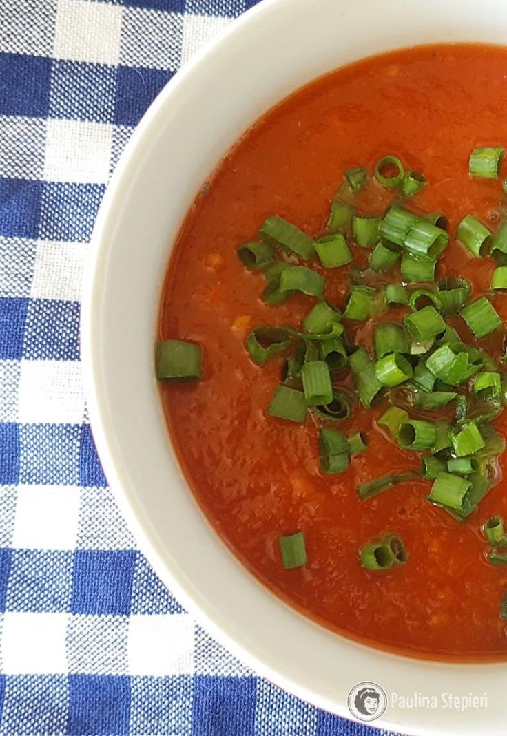 Zupa krem pomidorowa  1 marchewka 1 pietruszka korzeń 1 cebula 1/2 pora (można pominąć) puszka pomidorów lub 5 pomidorów bez skórki (o ile macie dobre) 1 łyżeczka słodkiej papryki 1/2 łyżeczki ostrej papryki szczypta pieprzu cayenne sól, pieprz szczypior lub grzanki do podania niecały litr wody można dodać łyżkę oliwy by przesmażyć przez chwilę warzywa, ale ja to pomijam, zupa bez tłuszczu lepsza jest na zimno, jeśli chcecie dodać oliwę to świetnie jest skropić zupę przed podaniem.