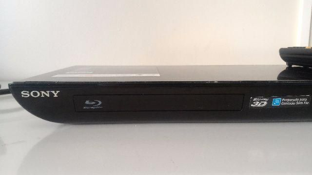 Preço: R$299 Blu-ray DVD 3D Sony BDP-S590 Wireless  Semi novo, acompanha controle remoto; Aparelho está com tudo funcionando; Ótimo para NetFlix, Youtube e demais applicativos...  Blu-ray: Região A / DVD: Região 4