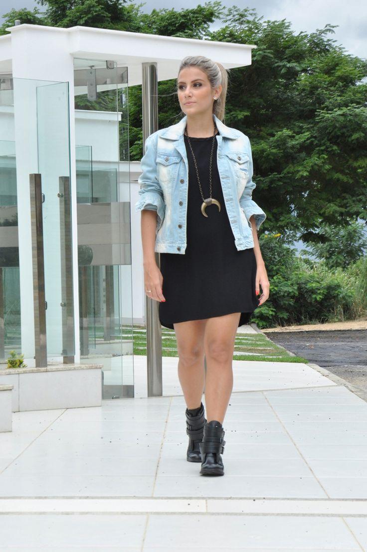 Vestido preto + jaqueta jeans + botinha + colar de chifre - clube de duas…
