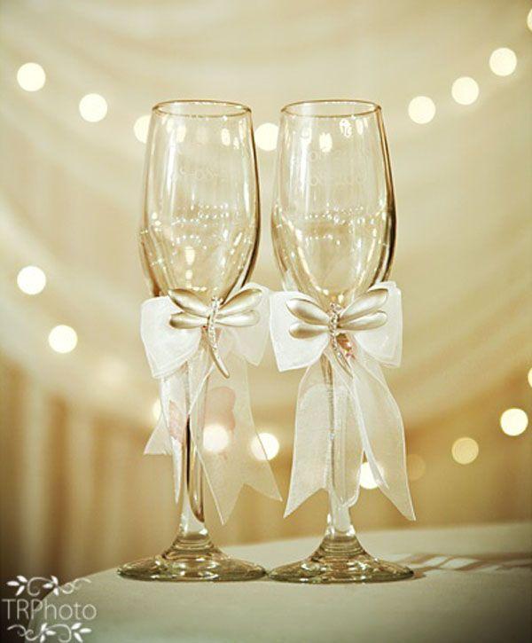 Noiva que é noiva não se esquece dos detalhes, não é mesmo?Então hoje vamos tentar ajudar vocês com ideias para as taças personalizadas para casamento, que estão super em alta. Muitas noivas vem optando por taças personalizadas para dar um...