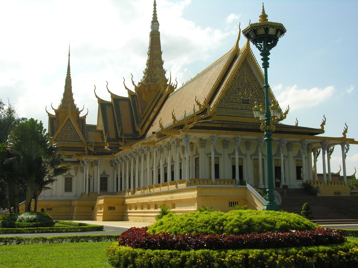 carryonwandering Exploring and discover the true world of travel with the help of Travel & Adventure Coach from Carry On Wandering #carryonwandering #nofilter #nofilterneeded #vacation #instatravelling #traveladdict #adventuretravel #adventureisoutthere  #lonelyplanet #travelgirl #whereareyounow  #cambodia #grandpalace #phnompenh