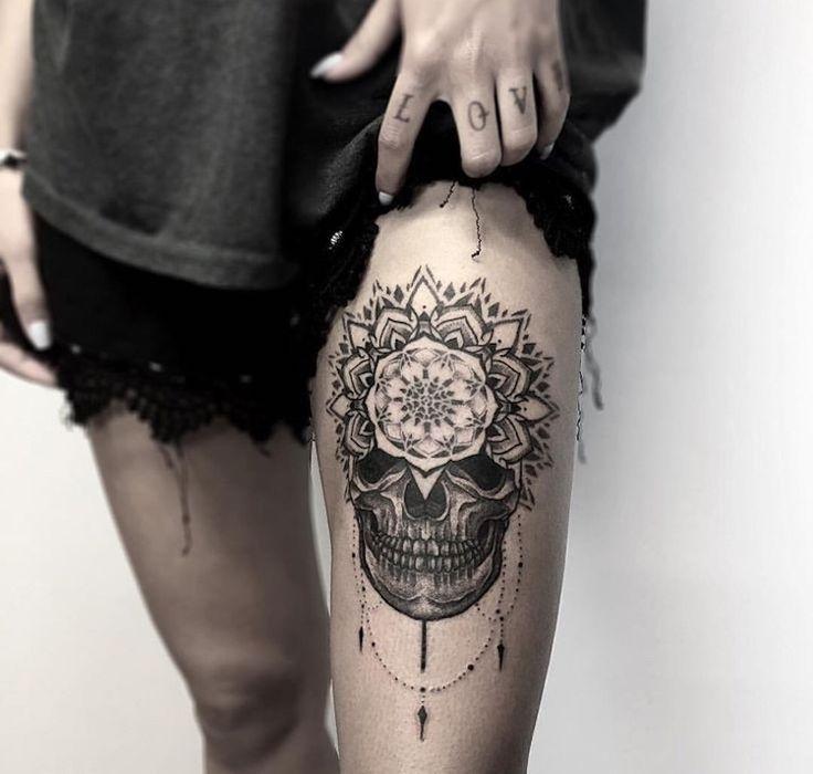 Mandala Tattoo mit Totenkopf am Oberschenkel