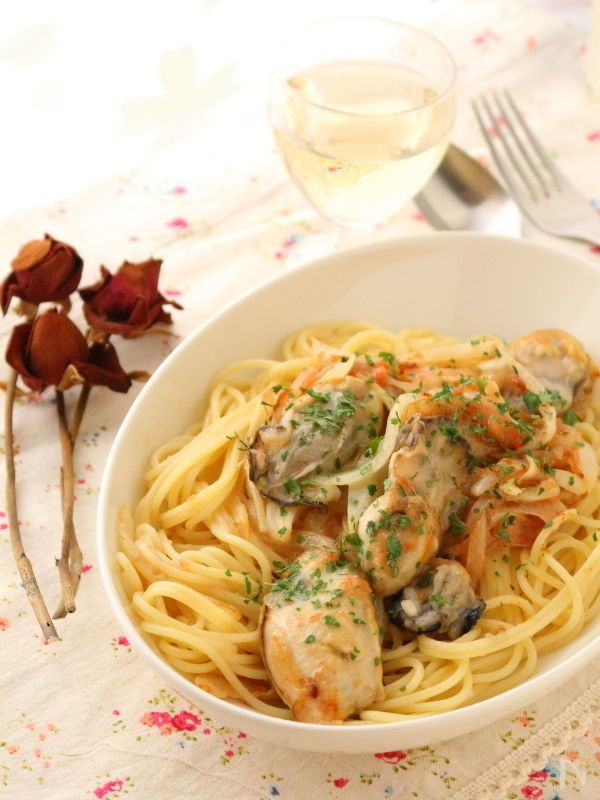 パスタを茹でてる間に、たらこスプレッドと牡蠣を炒めて合わせるだけ。    あっという間に出来ちゃうのに、牡蠣をたっぷり味わえるメイン料理です。    ランチや夜ご飯に。  ワインにも合いますよ。