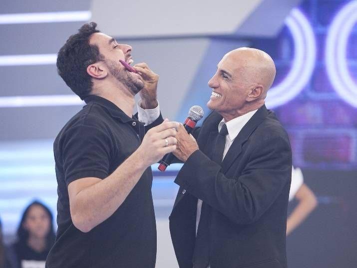 Amin Khader exibe peruca no Domingokê e tenta seduzir baterista da banda do Hora do Faro http://r7.com/Jgwx