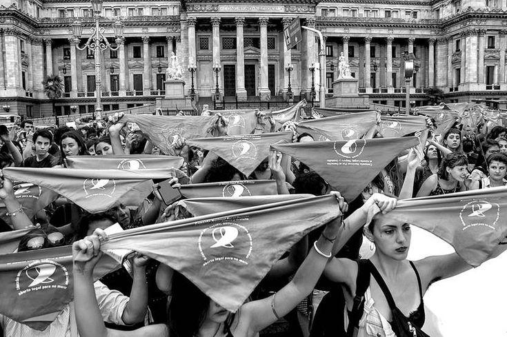 Se presentó en Argentina el proyecto de ley que permite la interrupción voluntaria del embarazo hasta las 14 semanas https://ladiaria.com.uy/articulo/2018/3/se-presento-en-argentina-el-proyecto-de-ley-que-permite-la-interrupcion-voluntaria-del-embarazo-hasta-las-14-semanas/