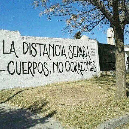 """""""La distancia separa cuerpos, no corazones #Acción Poética Córdoba #calle"""