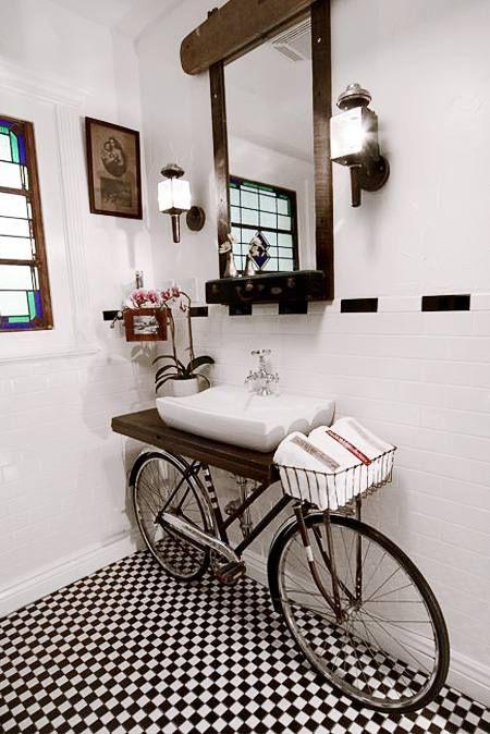 Kamar Mandi Dengan Interior Sepeda Tua