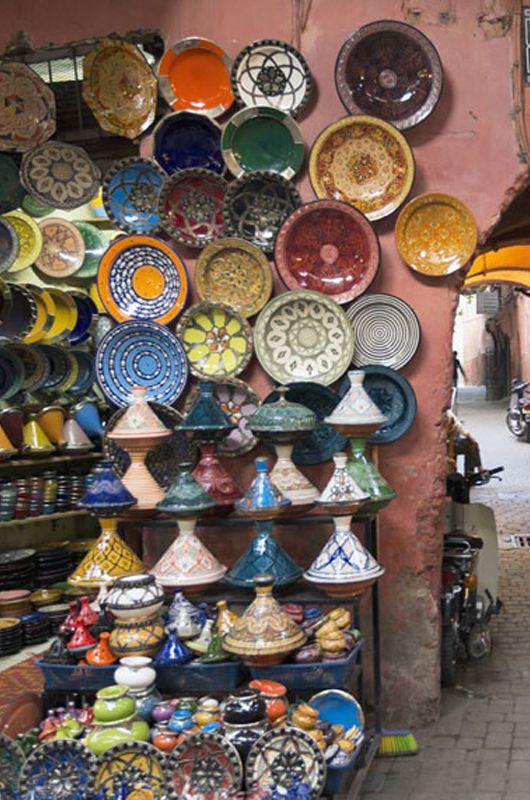 Simple Die farbenfrohen Schmorgef e Tajine und Sch sseln sind beliebte Mitbringsel vom Marrakesch in Marokko