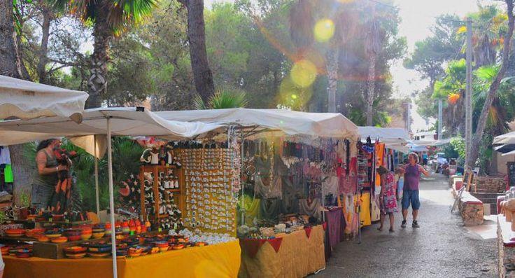 Hippiemärkte, Flohmärkte, Straßenmärkte und viele andere mehr - auf Ibiza finden jede Menge Märkte statt, einige nur während der Sommersaison, andere das ganze Jahr hindurch.