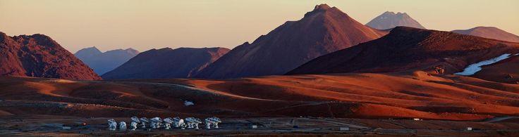 ALMA en soledad. // Esta vista panorámica del llano de Chajnantor muestra la ubicación del Atacama Large Millimeter / submillimeter Array (ALMA), captada desde cerca de la cima del cerro Chico. Babak Tafreshi, foto-embajador de ESO, ha conseguido captar el sentimiento de soledad experimentado en el sitio de ALMA, a los 5.000 metros sobre el nivel del mar en los Andes chilenos. La luz y la sombra dan forma al sobrenatural paisaje.