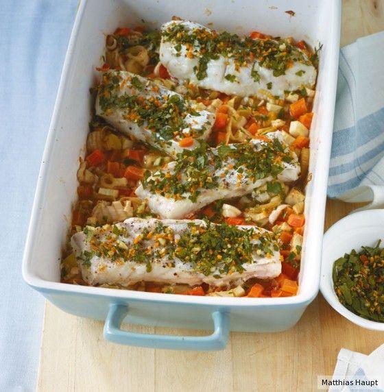 Der Fisch gart auf Gemüse in Brühe mit feiner Orangen¬ und Fenchelnote. Meer davon!
