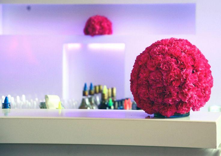 blütenkugel an der bar / flower ball at the bar www.blumenkultur.at