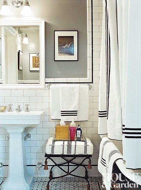 Banheiro clássico com pia pedestal, telha de metrô, e roupa de cama de hotel