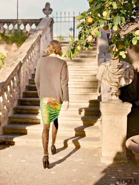 Шерстяной кардиган, Stella McCartney; юбка из полиэстера с блестками, Blumarine; кожаные туфли, Carven; колготки, Pamela Mann; чулки, Maison Close.