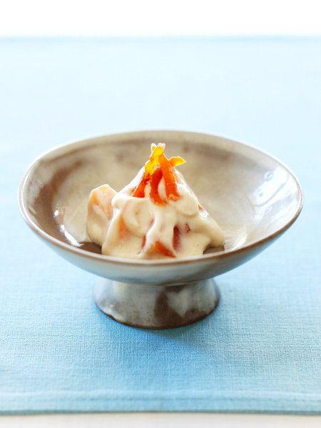 豆腐を使ったおなじみの和えものも、ごまペーストと白みそを使うことでコクと風味がぐんとアップ。食感の違う2種の柿は、奥行きのある甘みをプラスしてくれる。|『ELLE a table』はおしゃれで簡単なレシピが満載!