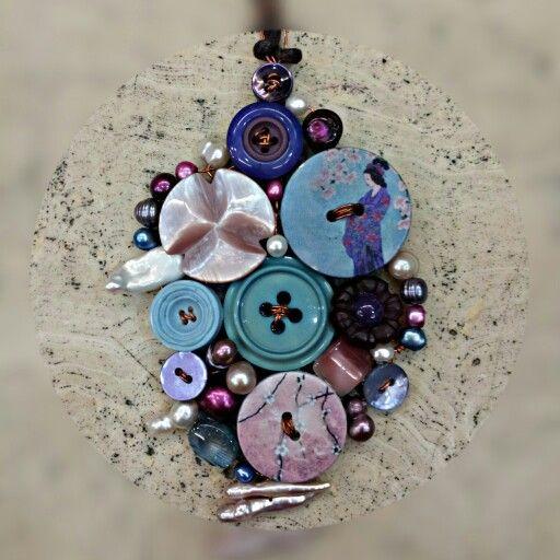 Ciondolo realizzato con filo di rame,  bottoni e perle.