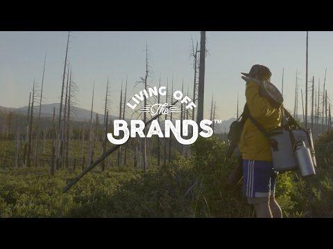 Les concepteurs rédacteurs ont du talent   oundhouse est une agence de publicité indépendante de Portland. Son credo : la créativité et l'amour du plein air. Et pour l'illustrer, ses fondateurs Dana Bainbridge and Joe Sundby n'hésitent pas à inviter leurs collaborateurs à mouiller le maillot.  Cet été, leur concepteur rédacteur Lee Kimball a été lâché dans les forêts de l'Oregon pour vivre cinq jours en autarcie avec pour seuls accessoires les produits des quinze clients de l'agence