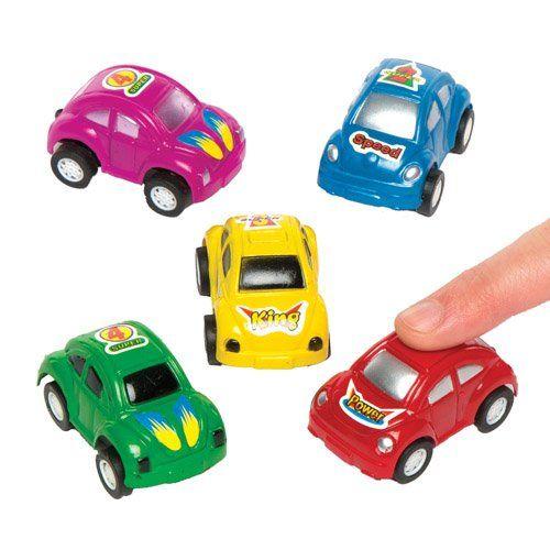 Petits jouets en forme de voitures de course, à offrir et à glisser dans les pochettes-surprises des enfants lors des fêtes pour qu'ils…