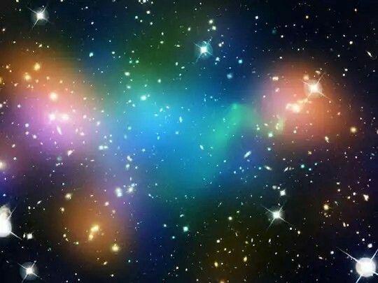 》Dunkle Materie, Galaxien und heiße Gase im Galaxienhaufen Abell 520, der sich im Sternbild Orion befindet.《