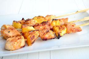 Lekker recept voor op de barbecue zijn deze kip hawaii spiezen met ananas.
