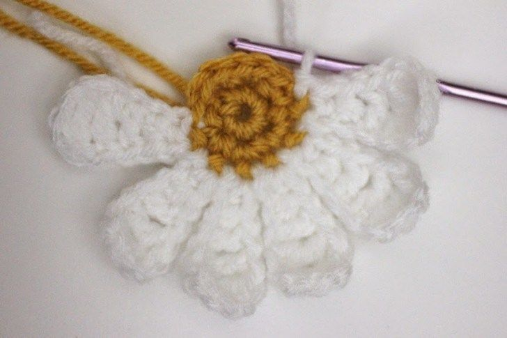 Daisy Flower Crochet Pattern - Repeat Crafter Me | ☂ᙓᖇᗴᔕᗩ ᖇᙓᔕ☂ᙓᘐᘎᓮ http://www.pinterest.com/teretegui