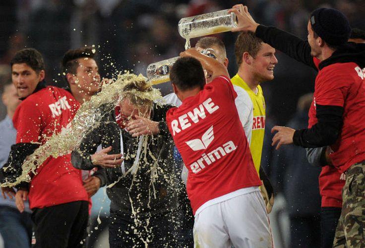 Bierdusche für Meistertrainer Peter Stöger.Er hat in seiner ersten Saison als Trainer des 1. FC Köln den Aufstieg in die 1.Bundesliga  geschafft.