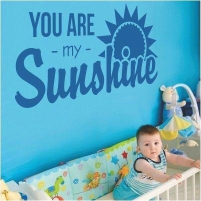 """Adesivo Murale - You Are My Sunshine. Lo sticker è disponibile solo nel colore in foto. Adesivo murale di alta qualità con pellicola opaca di facile installazione. Lo sticker si può applicare su qualsiasi superficie liscia: muro, vetro, legno e plastica. L'adesivo murale """"You Are My Sunshine"""" è ideale per decorare la cameretta."""