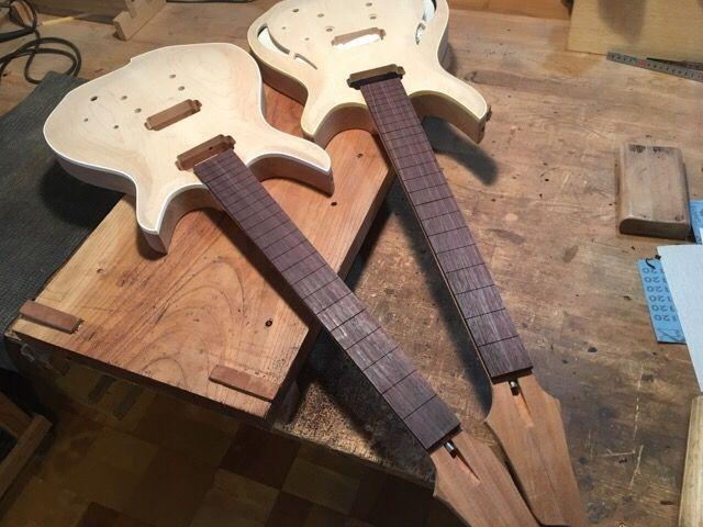 ホローモデルとソリッドモデルの指板をローズウッドで作ります。 厚みの調整は良く研いだ鉋で。材が素直なので逆目に…