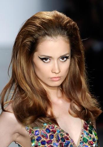 Glam da sera: capelli cotonati sulla sommità e lisci sulle spalle nude.    The Blonds, sfliata primavera-estate 2012