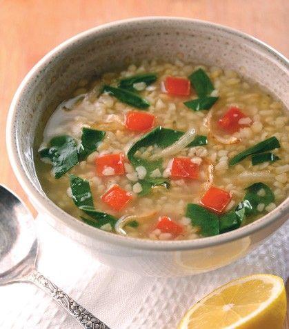 """Rica y súper nutritiva: """"Sopa de trigo con espinaca y jitomate"""""""