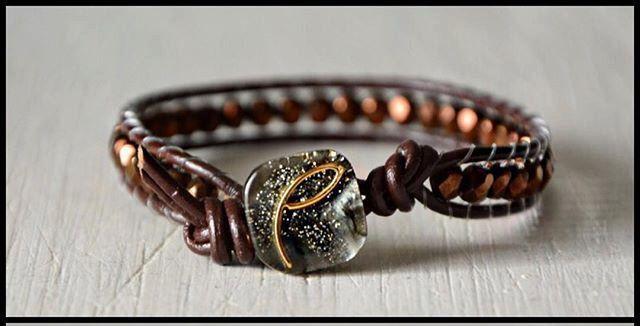 """Bracciale wrap pelle marrone cioccolato con mezzi cristalli metallizzati marroni e bottone brillantini ArcoIris """"Choco"""" di Cuony su Etsy https://www.etsy.com/it/listing/291422475/bracciale-wrap-pelle-marrone-cioccolato"""