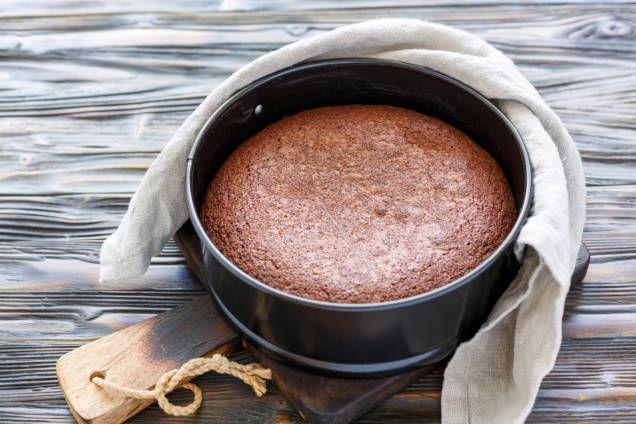 Enkelt recept på kladdig kladdkaka. Riktigt lätt att baka. Smaksätt med glass eller grädde eller njut som den är. Perfekt till kladdkakans dag 7 november.