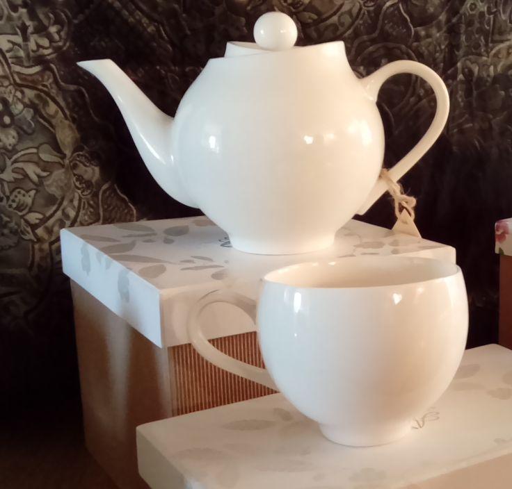 Camellia Teapot et sa tasse. Imaginé et créé par Alisson Appleton, designer anglaise spécialisée dans la céramique et la porcelaine. J'adore le coté destructuré de ce magnifique service. Un cadeau sympa pour les fêtes !