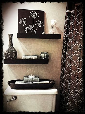 モノトーンでまとめたトイレの飾り棚。アジアンな雰囲気を漂わせる、オシャレなトイレですね。