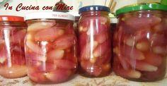 Le cipolline di Tropea in agrodolce sono un vero piatto tipico della Calabria. Servono le cipolline di scarto che non si vendono perché piccole.
