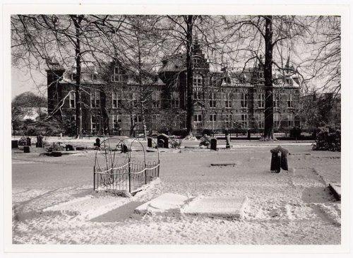 De Algemene Burgerlijke Begraafplaats Achter Davidshof in de sneeuw, met daarachter het Sint Pieters en Bloklands Gasthuis.