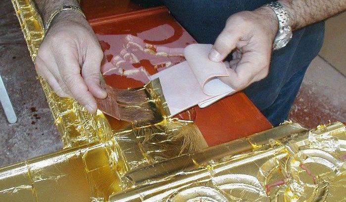Aplicación de pan de oro sobre madera. Foto por Juangonzalez64