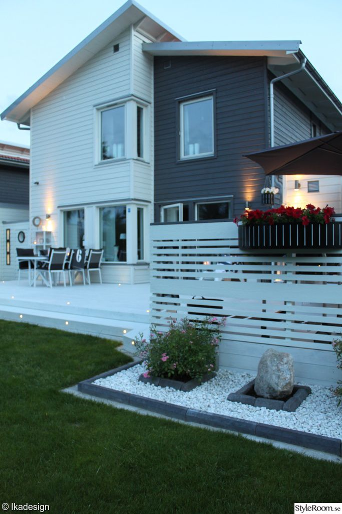 hus,trädgård,utemöbler,utemöbler vita,altan,blomrabatt,utebelysning