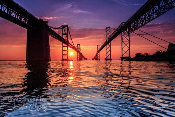 Salida del sol sobre el puente de la bahía